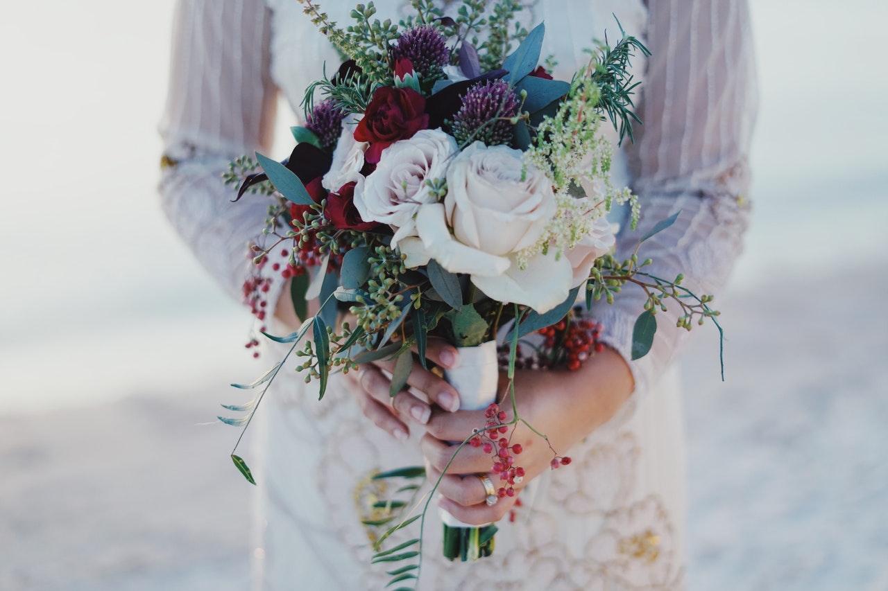 """Czasy kiedy odczuwałyśmy presję na ślub by nie zostać starą panną, dawno już minęły. A jednak wciąż u niektórych kobiet jest ona bardzo silna"""" [OKIEM EKSPERTA]"""
